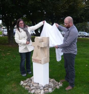 DOLE-Adrien-et-Anne-Sophie-dévoilent-la-sculpture-350